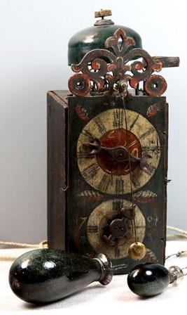 Celodřevěné hodiny s předním kyvadlem a původním skleněným závažím1