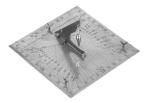 Inklinační sluneční hodiny s datumovými čaramihodiny