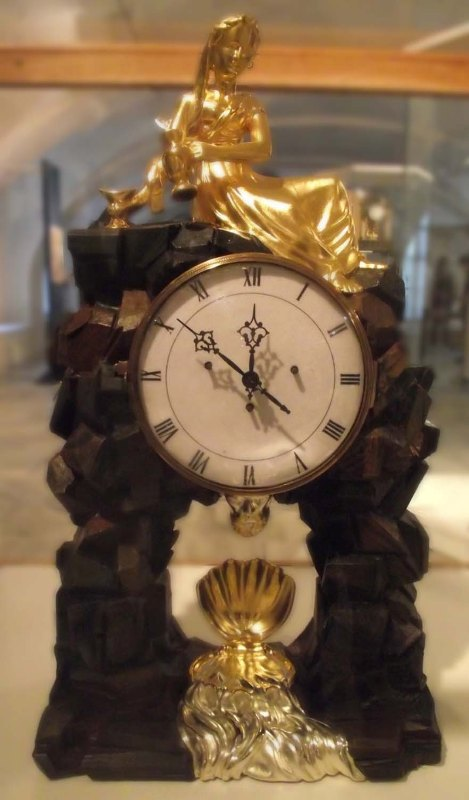 Figurální hodiny s postavou dívky