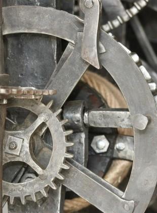 Detail historických hodin z věže kostela