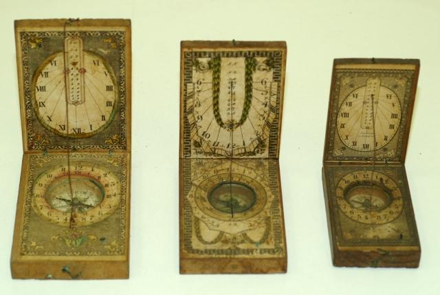 Diptychové sluneční hodiny s papírovými kolorovanými číselníky