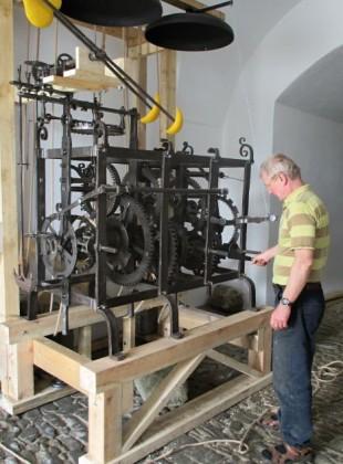 Natažení a spuštění hodinového stroje