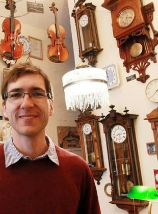 Patrik Pařízek mezi hodinami v pražském obchodě